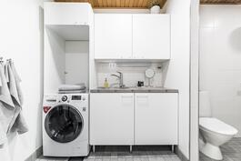 Kodinhoitohuone kylpytilojen yhteydessä.