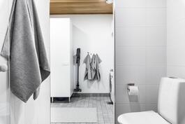 Näkymä kylpyhuoneesta kodinhoitohuoneen suuntaan.