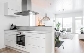 Saareke jakaa keittiön ja olohuoneen omiksi tiloikseen.