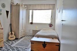Keittiön viereinen makuuhuone (huom! kaunis muovimatto)