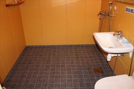 Pesuhuone, lattia uusittu