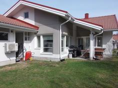 Talon takapihaa kesällä