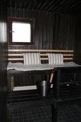 Tummaksi käsitelty sauna