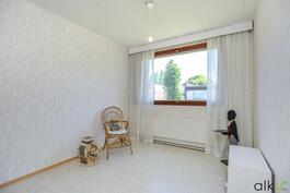 Toiseen makuuhuoneeseen voi sisustaa vaikkapa lastenhuoneen