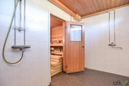 Kylpyhuone on remontoitu tyylikkäästi ja ajattomasti