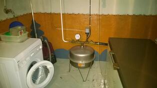 Pyykinpesukone sisältyy kauppaan. Käyttövesijohdot on uusittu.