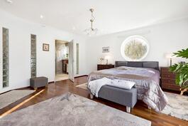 Master bedroom, kylpyhuone, walk in closet, parveke