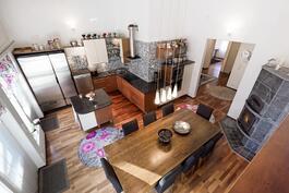 Näkymä olohuoneesta keittiöön