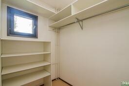 Suuri vaatehuone. Väliseinä mahdollista poistaa ja laajentaa makuuhuonetta.