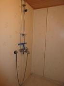 Wc-tilan yhteydessä oleva suihkunurkkaus tarvitsee huoltoa ennen käyttöönottoa!