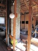 Kuvassa yläkerran kokonaan avointa vinttitilaa, johon tarvittaessa asuintiloja voi laajentaa!