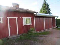 Monip. piharakennuksessa lisäeristetyt asialliset sauna- ja runsaat autotalli- sekä verstastilat!