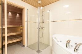 Kylpyhuone ja poreallas