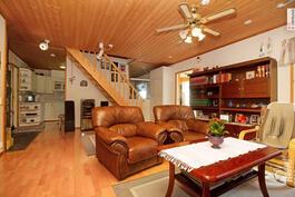 Olohuone jonka jatkona keittiö. Portaat yläkertaan.
