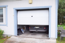 Sähköllä toimiva autotallin ovi.