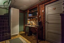 Kellarikerroksessa on wc, askarteluhuone/verstas, pesuhuone ja sauna