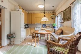 Keittiö on yhdistetty entisestä pienemmästä keittiöstä ja huoneesta