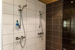 Kaksi suihkua helpottavat arjen sujumista.