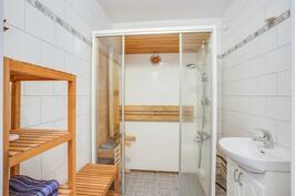 Kylpyhuoneessa sauna- ja suihkukaappi