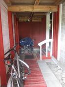 Navettarakennuksen yläkerran asunnon sisäänkäynti ulkoa
