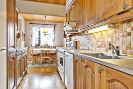 Keittiössä tammiovet/ Köksskåpdörrarna av ek.