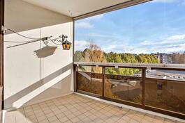 Iso lasitettu parveke/ Stor, inglasad balkong.