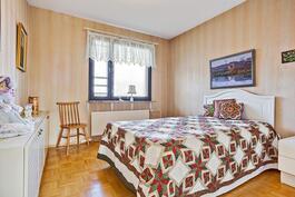 Tässä makuuhuoneessa vaatehuone/ Klädrum finns i detta rum.