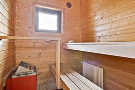 saunan ikkunasta näkymät kaupunkiin päin/ Utsikt mot stan från bastufönster.