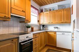 hyvin suunniteltu keittiö