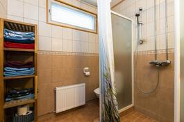 kylpyhuoneen suihku erotettu seinillä