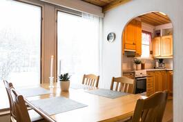 ruokailutila ja keittiötä