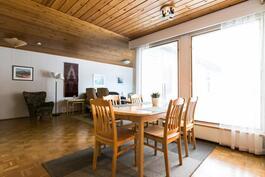 ruokailutila keittiön ja olohuoneen välissä