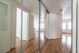 Kuva lähes vastaavanlaisesta huoneistosta samasta taloyhtiöstä (peilikuva)