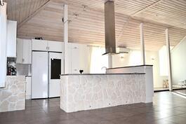 Päärakennuksen keittiö-ruokailutila-sali