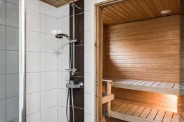 suihkunurkkaus kätevästi saunan oven vieressä