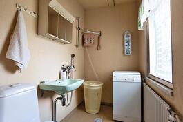 Keskikerroksen kylpyhuone/wc