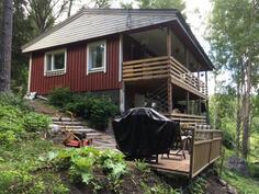 Talossa on molemmissa kerroksissa leveät terassit