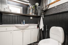 Alakerran erillinen wc on eteisen yhteydessä