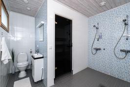 Kylpyhuoneessa on tuplasuihkut sekä wc