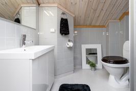 Yläkerrassa on oma pieni wc.