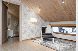 Yläkerran aula on ihana niin tai tänne on mahdollista tehdä lisähuone.