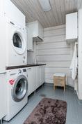 Kodinhoitohuoneessa on hyvin tilaa pyykkihuollolle