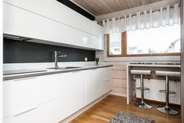 Tyylikäs design-keittiö kutsuu kokkailemaan
