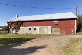 hevostalli viidelle hevoselle, ylinen ja sauna plus rutkasti varastotilaa ym.