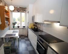 kaunis uusittu Puustelli-keittiö, lattia linoleumia