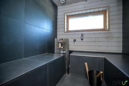Moderni ja linjakas sauna jonne mahtuu isompikin porukka.