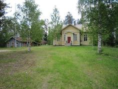 vanha koulurakennus ja talousrakennus
