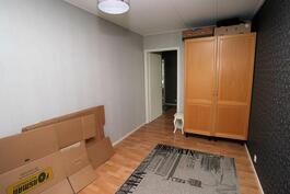 Makuuhuone 2:sta eteis-/olohuoneeseen