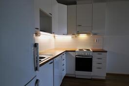 Keittiössä jää/pakastekaappi, astianpesukone ja liesi
