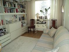 Makuuhuone, jossa lasipariovet olohuoneeseen
